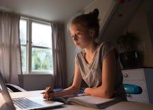 Una muchacha conncetrated en su preparación fotos de archivo libres de regalías