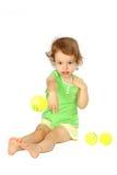 Una muchacha da para arriba una bola. Fotos de archivo libres de regalías