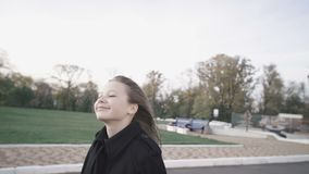 Una muchacha de la diversión está montando un hydroskater en el camino en el parque almacen de metraje de vídeo