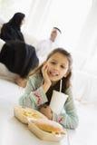 Una muchacha de Oriente Medio que disfruta de una comida de alimentos de preparación rápida fotos de archivo