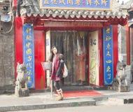 Una muchacha de visita turístico de excursión Foto de archivo