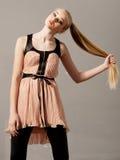 Una muchacha del adolescente que se sostiene el pelo fuerte largo Foto de archivo libre de regalías