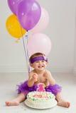 Una muchacha del cumpleaños de los años con la torta Imagen de archivo