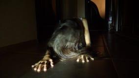 Una muchacha del fantasma en la casa El alcohol de una niña Escena asustadiza de una mujer terrible 4K Cámara lenta algo almacen de metraje de vídeo
