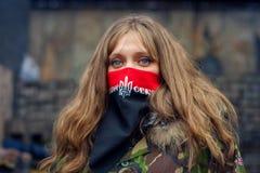 Una muchacha del sector correcto durante demostraciones en EuroMaidan imagenes de archivo