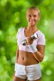 Una muchacha del yound con pesa de gimnasia Imagen de archivo libre de regalías