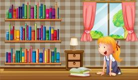 Una muchacha dentro de la casa con muchos libros Fotos de archivo