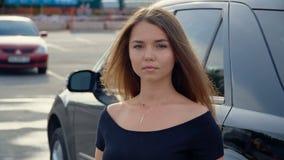 Una muchacha dulce cerca del coche, v?deo completo del hd almacen de video