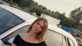 Una muchacha dulce cerca del coche, v?deo completo del hd metrajes