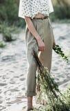 Una muchacha elegante en pantalones beige ligeros Imagen de archivo libre de regalías