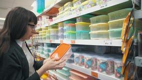 Una muchacha elige una caja del almuerzo reutilizable almacen de metraje de vídeo