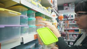Una muchacha elige una caja del almuerzo reutilizable metrajes