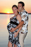 Una muchacha embarazada con su marido imagenes de archivo