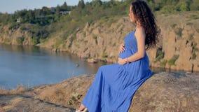 Una muchacha embarazada hermosa almacen de metraje de vídeo