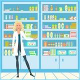 Una muchacha en una bata médica El doctor está en la farmacia Vendedor sonriente en la capa blanca del laboratorio Fotos de archivo libres de regalías