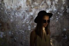 Una muchacha en una blusa blanca, con la vicia destruyó el edificio Helouin Imagen de archivo
