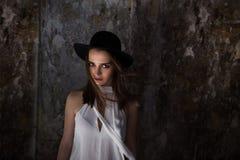 Una muchacha en una blusa blanca, con la vicia destruyó el edificio Helouin Fotografía de archivo