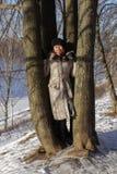 Una muchacha en bosque del invierno Imagen de archivo libre de regalías