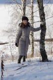 Una muchacha en bosque del invierno Fotos de archivo