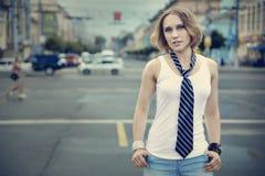 Una muchacha en una camiseta y un lazo blancos y fotografía de archivo