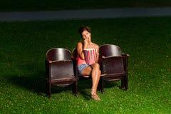 Una muchacha en cine exterior Imagen de archivo libre de regalías
