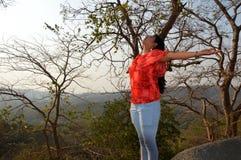 Una muchacha en el bosque que disfruta de la naturaleza en Bombay la India Imágenes de archivo libres de regalías