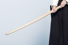 Una muchacha en el hakama negro que se coloca en actitud que lucha Foto de archivo libre de regalías