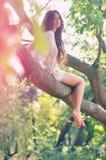Una muchacha en el ?rbol Fotos de archivo libres de regalías