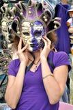 Una muchacha en la máscara violeta Imagen de archivo libre de regalías