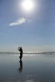 Una muchacha en la playa del mar fotografía de archivo
