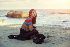 Una muchacha en la playa por el mar Otoño Imagen de archivo libre de regalías