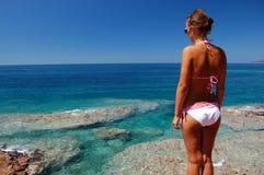 Una muchacha en la playa rocosa en Montenegro Imagenes de archivo