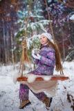 Una muchacha en paseo en el parque nevado del invierno Imagen de archivo libre de regalías