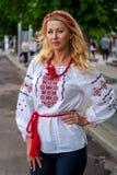 Una muchacha en ropa ucraniana tradicional en el desfile de Vyshy imagenes de archivo