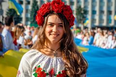 Una muchacha en ropa ucraniana tradicional en el desfile de Vyshy imagen de archivo