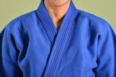 Una muchacha en soldado enrollado en el ejército azul del judo fotos de archivo