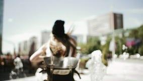 Una muchacha en un buen humor funciona con y salpica el agua almacen de metraje de vídeo