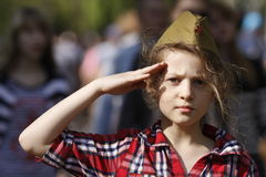 Una muchacha en un casquillo lateral Foto de archivo libre de regalías