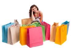 Una muchacha en un color largo de la alineada con los bolsos de compras Imagenes de archivo
