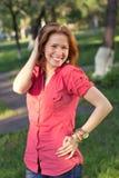 Una muchacha en un parque de la ciudad Imágenes de archivo libres de regalías