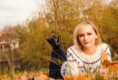 Una muchacha en un parque del otoño Imagen de archivo
