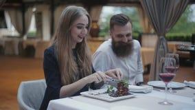 Una muchacha en un restaurante gras de un foie que intentan almacen de video