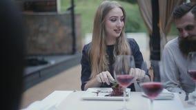 Una muchacha en un restaurante gras de un foie que intentan metrajes