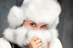 Una muchacha en un sombrero de piel Imagen de archivo libre de regalías