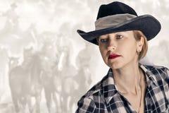 Una muchacha en un sombrero de vaquero Imagen de archivo