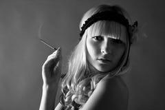 Una muchacha en una alineada gris. Rubio. Imagen de archivo
