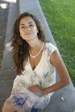 Una muchacha en una alineada ligera del verano con su pelo imagen de archivo