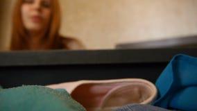 Una muchacha es maleta abierta y sale de los vidrios del bolso del viaje defocuse Dentro de vista de una maleta Trevels felices almacen de video