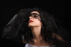 Una muchacha está en un velo oscuro Foto de archivo libre de regalías