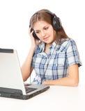 Una muchacha está escuchando la música Fotografía de archivo libre de regalías